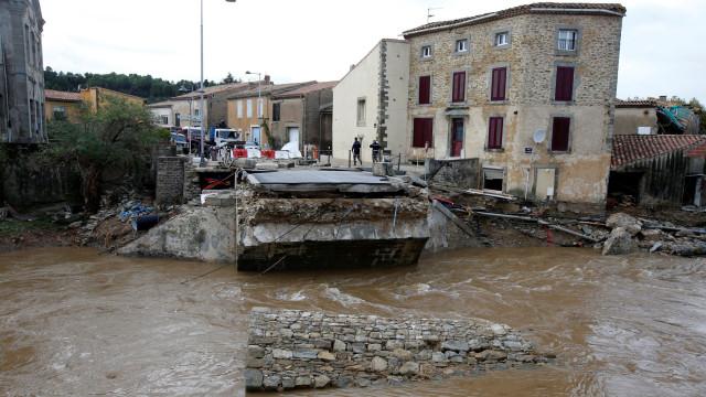 Depois de perder marido em atentado, perde os pais em inundações