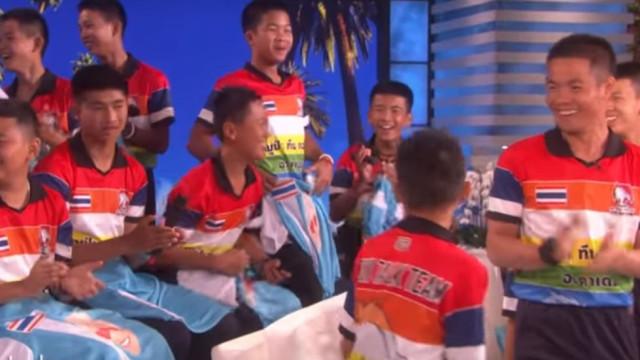 Ibrahimovic surpreende meninos tailandeses em direto