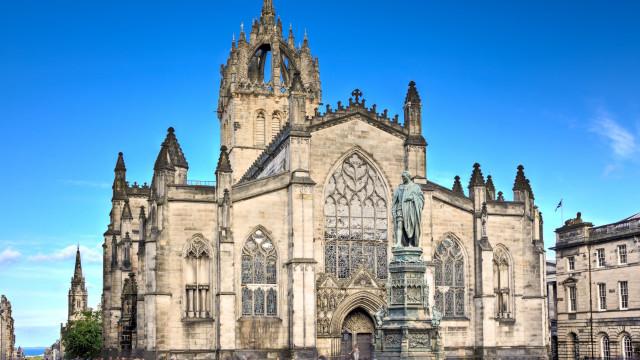 Homem com amnésia hospitalizado em Edimburgo. Pode ser português
