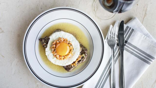 Há refeição mais portuguesa do que comer um bitoque ao Balcão?