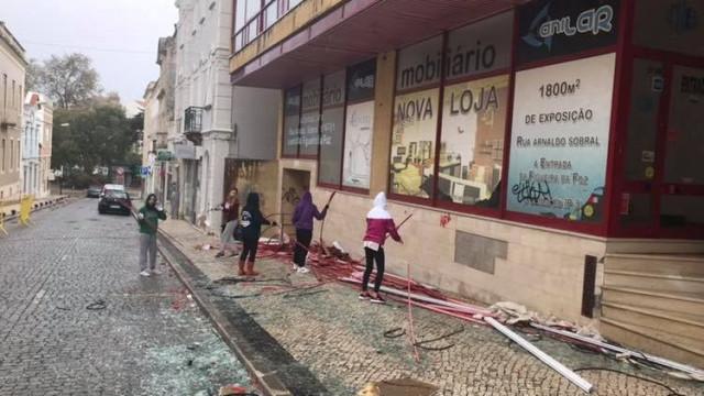 Jovens põem mãos à obra e limpam a Figueira da Foz após tempestade