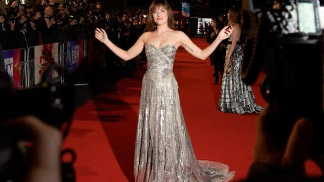 Dakota Johnson surge em evento com axilas por depilar
