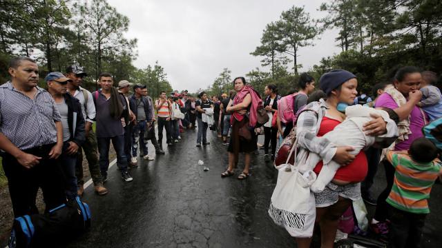 Cerca de 300 hondurenhos iniciam segunda caravana em direção aos EUA