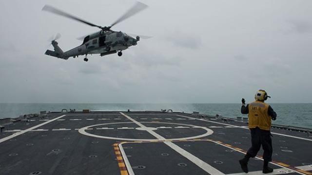 Helicóptero da Marinha dos EUA cai e colide com convés de porta-aviões