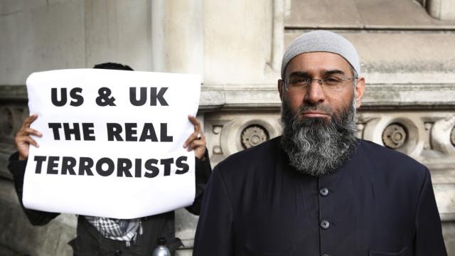 Religioso islâmico Anjem Choudary libertado da prisão no Reino Unido