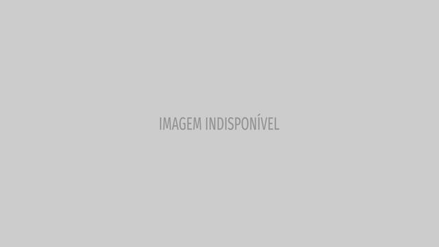 Pamela Anderson de muletas após magoar-se na perna