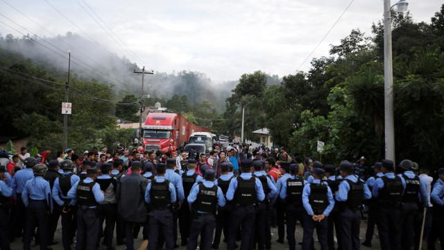Milhares de hondurenhos saltam cordão policial e entram no México