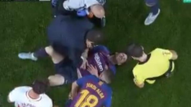 Alerta em Barcelona: Messi cai sobre o braço e sai lesionado
