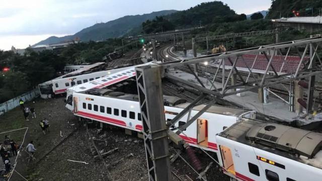 Comboio descarrila em Taiwan e faz pelo menos três mortos e 20 feridos