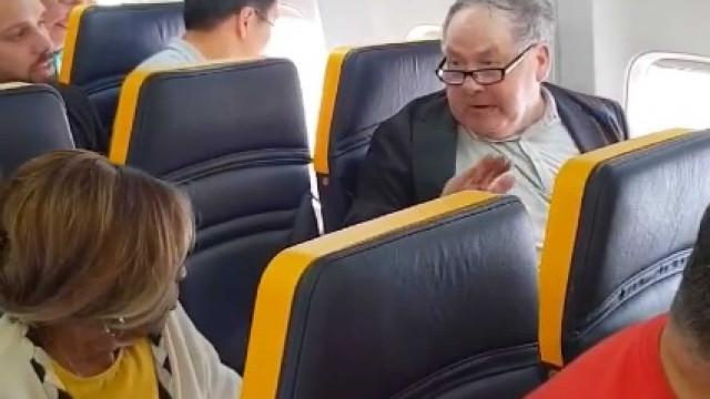 Passageiro racista insultou mulher e tripulação da Ryanair nada fez