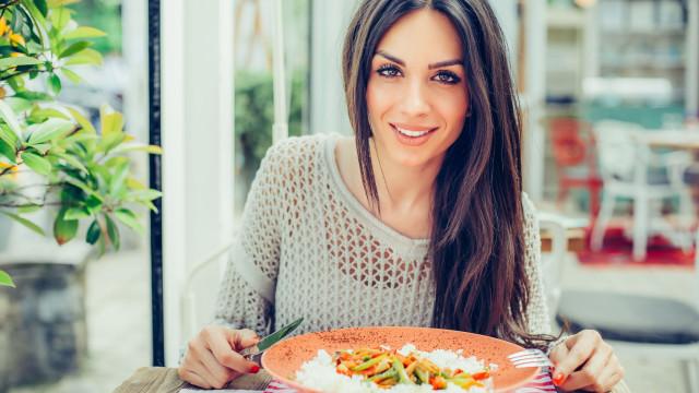 Reduza em metade as calorias no arroz com este truque, estudo revela