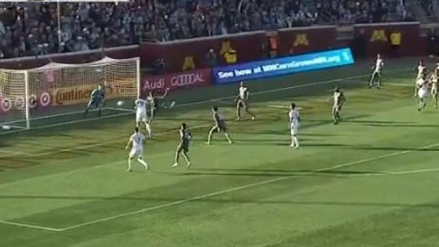 Ibrahimovic marca de cabeça... sem tirar os pés do chão