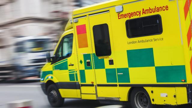 Mulher britânica esmagada por porta de garagem durante brincadeira