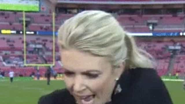 Jornalista leva com uma bolada na cabeça em pleno direto