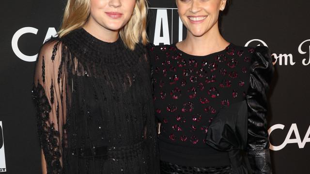 Parecem gémeas! Reese Witherspoon e a filha brilham em baile de gala