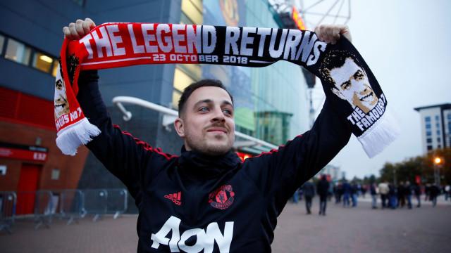 """""""A lenda está de volta"""", adeptos do United com cachecol especial para CR7"""