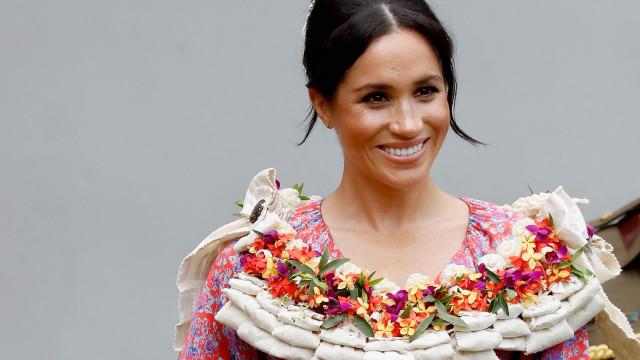 Meghan Markle revela o seu lado tropical com vestido colorido