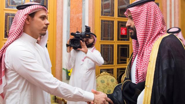 O cumprimento dos filhos de Khashoggi ao rei e príncipe herdeiro sauditas