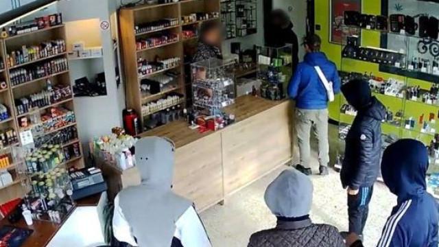 Pediu aos ladrões para voltarem mais tarde. Eles voltaram e foram presos
