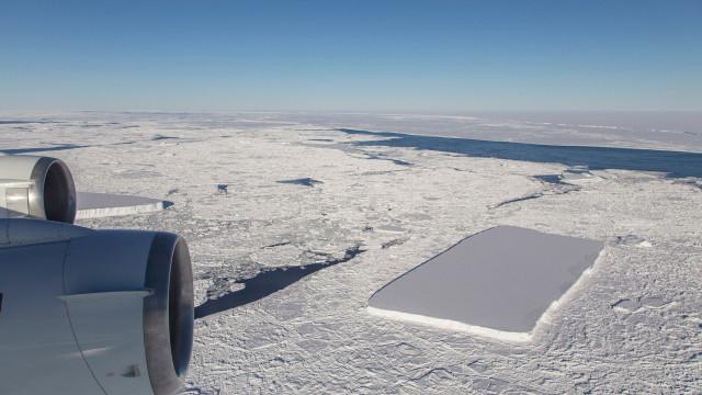 NASA revela imagem de um segundo icebergue retangular
