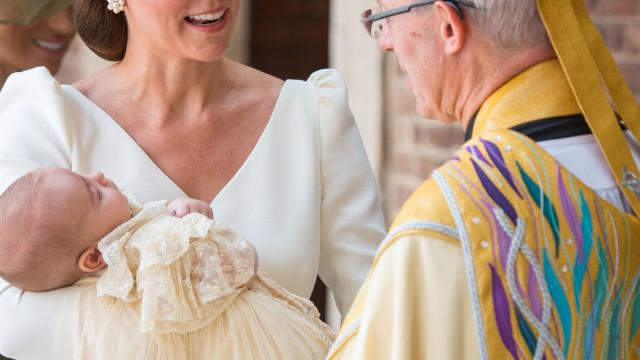 Príncipe Louis visto publicamente pela primeira vez desde batizado
