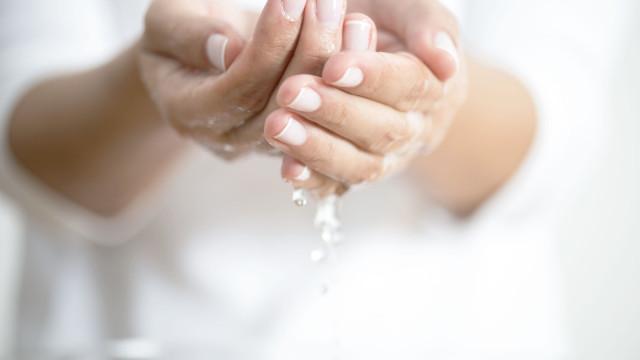 É bem provável que esteja a lavar mal as mãos