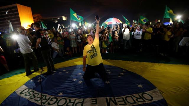 Um Brasil partido ao meio na noite em que extrema-direita chegou ao poder