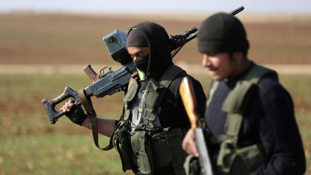 Síria: Forças apoiadas por EUA anunciam suspensão de operações contra EI