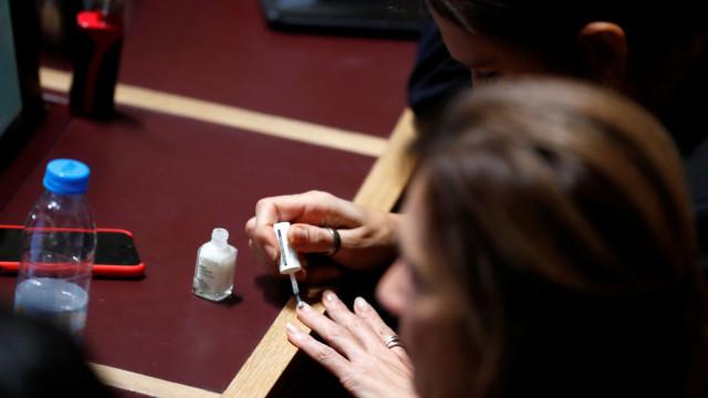 Isabel Moreira apanhada a pintar as unhas durante o debate do Orçamento