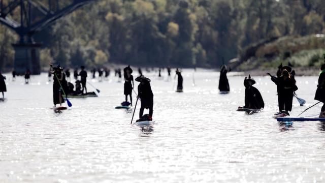 Centenas de 'bruxas' fizeram paddle num rio dos EUA