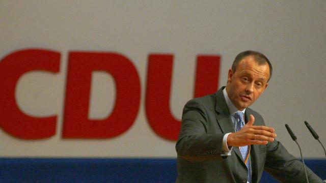 Antigo rival de Merkel formaliza candidatura à liderança da CDU