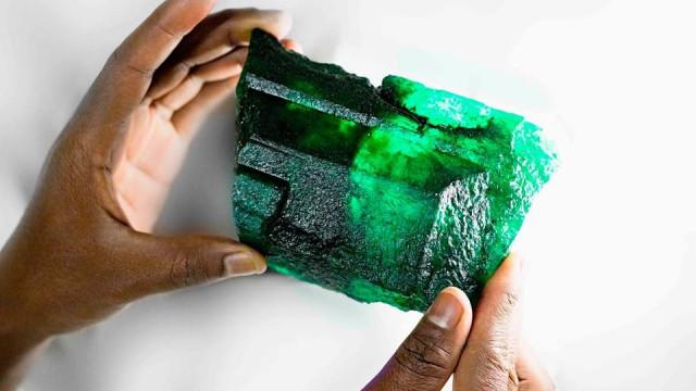 Encontrada na Zâmbia uma esmeralda do tamanho de uma mão