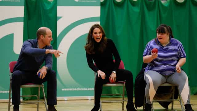 William e Kate Middleton sorridentes em compromisso real