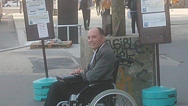 Motorista expulsa passageiros que não ajudaram homem em cadeira de rodas