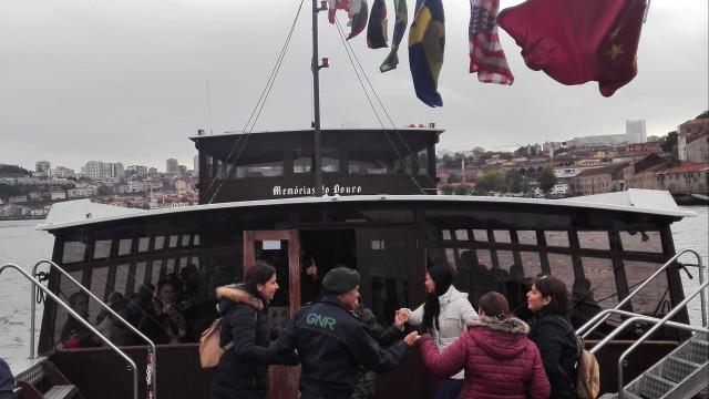 Militares da GNR levam 100 pessoas com deficiência a passear no Douro