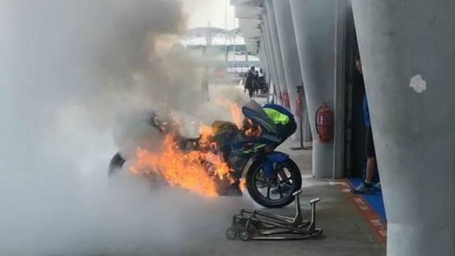 MotoGP: Moto de piloto espanhol incendeia-se (espontaneamente)