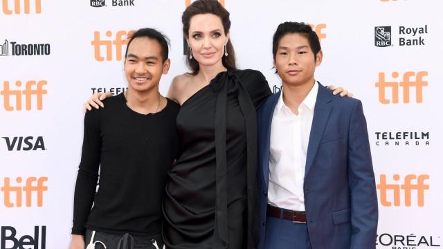 Angelina Jolie visita com o filho universidades da Coreia do Sul
