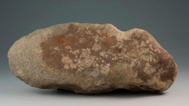 Estudantes encontram machado com 6 mil anos em visita de estudo