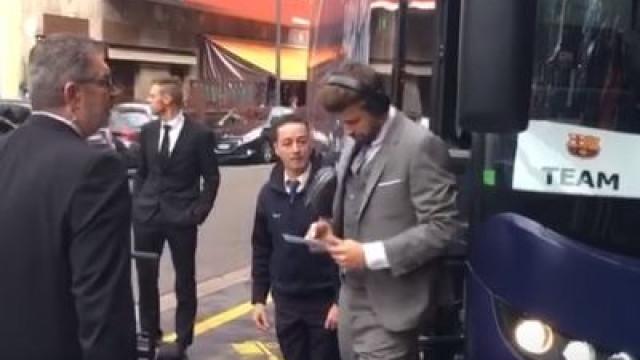 O insólito 'acidente' de Piqué ao sair do autocarro do Barça em Milão