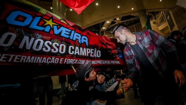Miguel Oliveira recebido como herói no regresso a Portugal
