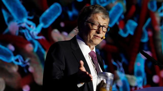 Bill Gates posa ao lado de excrementos humanos para promover saneamento