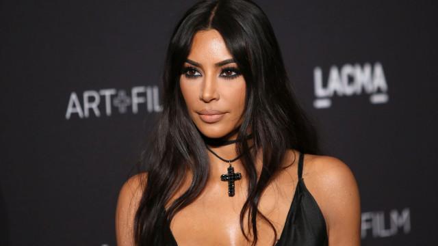 """Após ver a sua pele ser criticada, Kim Kardashian reage: """"É a psoríase"""""""