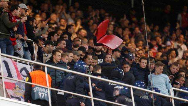 Polícia obrigada a intervir junto dos adeptos do Ajax