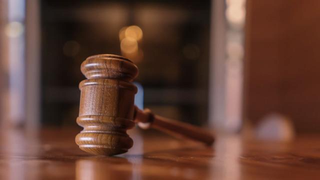Jovem acusado de tentativa de homicídio agredido à saída de tribunal