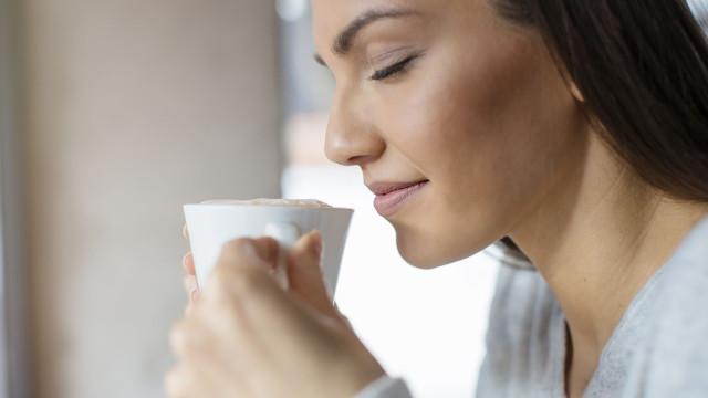 Bom dia! Beber café antes e depois desta hora… nem pensar, diz a ciência