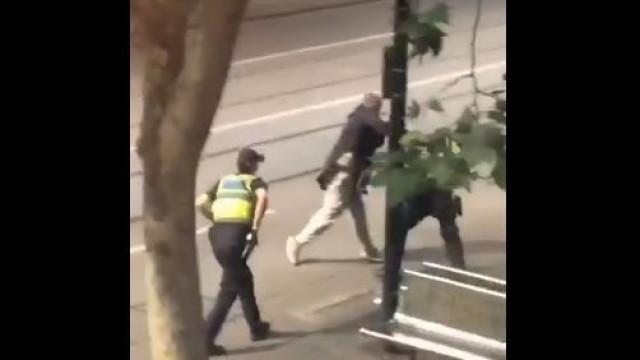 Sem-abrigo atacou terrorista de Melbourne e é visto como herói