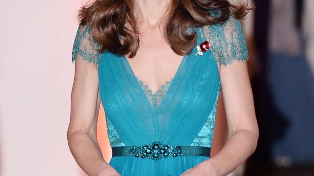 Kate Middleton versão 'Cinderela': Duquesa brilha com vestido romântico