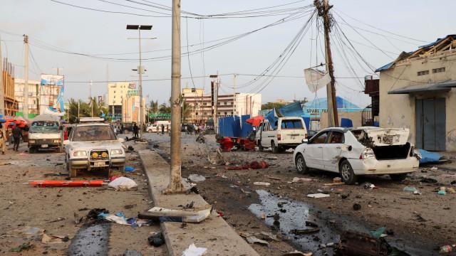 Bombistas suicidas causam pelo menos 17 mortes na Somália