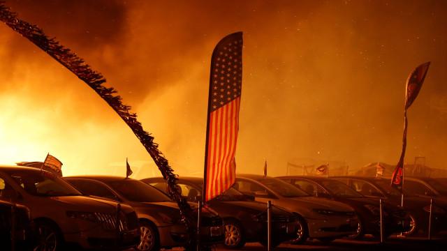 Autoridades confirmam pelo menos cinco mortos nos incêndios na Califórnia