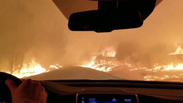 Família arrisca conduzir entre as chamas para fugir a incêndio
